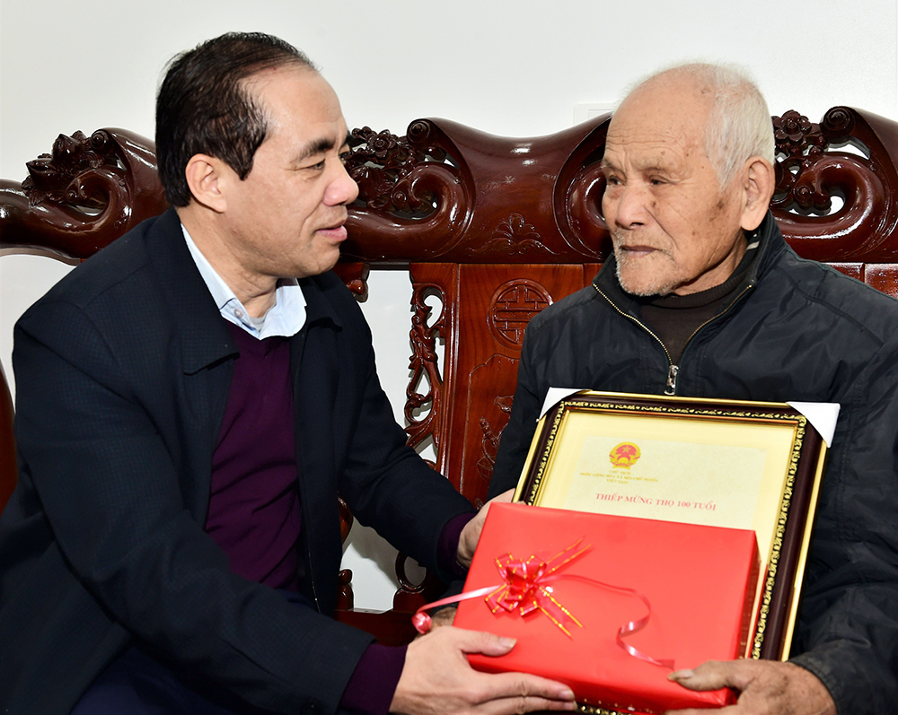 Elderly people in Tuyen Quang city receive Tet gifts from Secretary of Provincial Party Committee